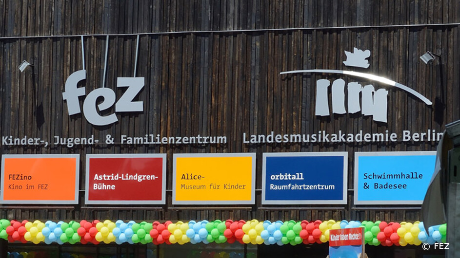 FEZ Berlin von außen mit Beschilderung