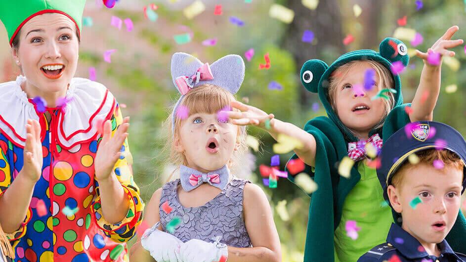 Mutter und Kinder an Karneval verkleidet: Als Clown, Maus, Frosch und Polizist: Alle freuen sich über Konfetti