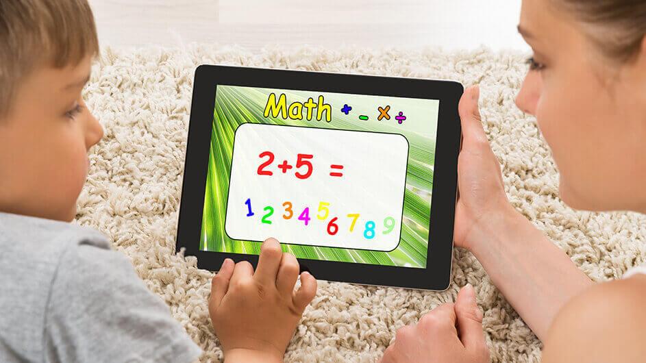 Mutter und Sohn spielen zusammen eine Mathe-Lern-App am Tablet