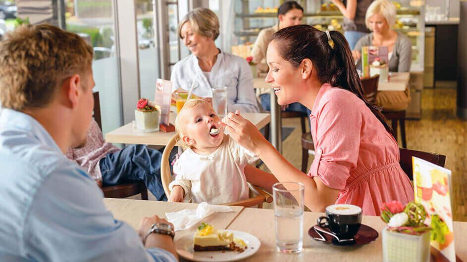Eine Familien mit kleinem Kind im Familiencafé bzw. Kindercafé