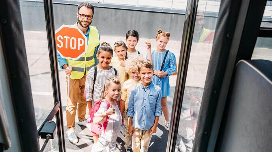 Fröhliche Kinder in einer Verkehrsschule