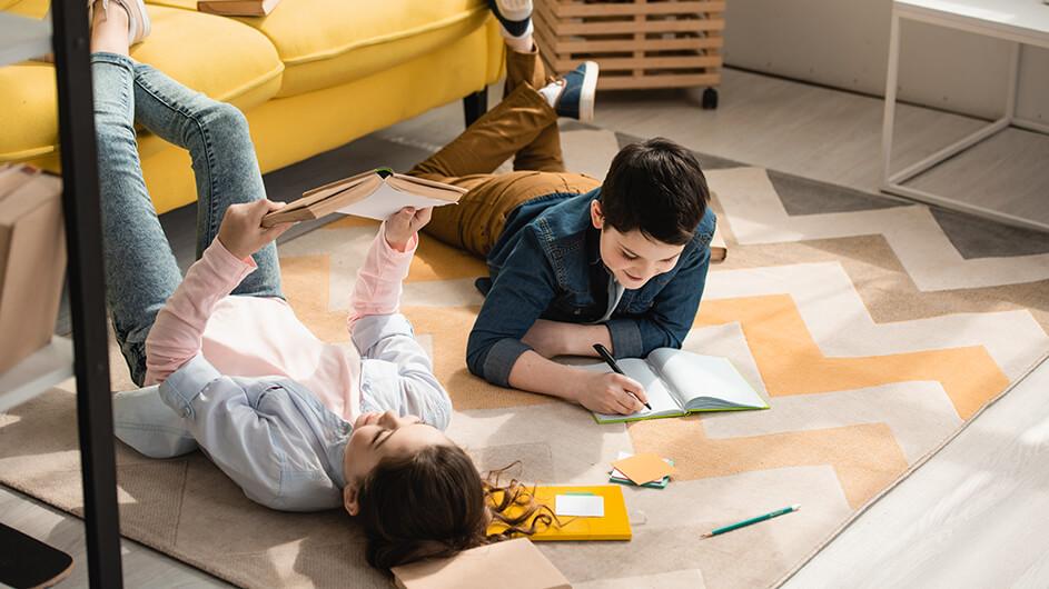 Zwei Geschwister lernen zu Hause für die Schule